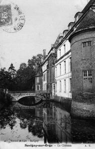 Pont aux lions de la façade principale du château dit Davout à Savigny-sur-Orge. Les douves larges et profondes sont alimentées par l'Orge. Cette carte postale date de 1906 environ.