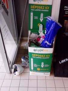 La collecte des déchets à l'entrée des grandes surfaces commerciales frisent hélas fréquemment le n'importe quoi où piles et lampes fluo-compactes sont mélangées - (c) Jean-Marie CORBIN PEE 8 juillet 2014