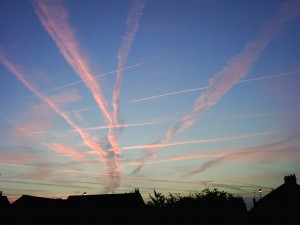 Traces de passages d'avions au petit matin dans le ciel CALPIEN