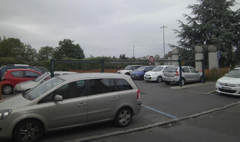 Parking à proximité de la bretelle de l'A6 © Jean-Marie CORBIN pour PEE, 20 mai 2016